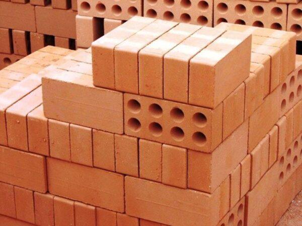 Использовать можно простой пустотелый красный глиняный кирпич для сооружения стен и фундамента