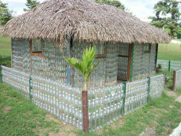 Из пластиковых бутылок может получиться дом в деревенском стиле