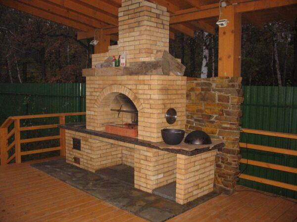 Камин мангал для беседки из дерева с пожаробезопасной зоной
