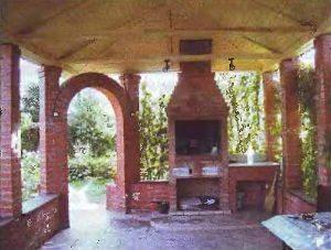 Кирпичная беседка с мангалом – долговечное сооружение