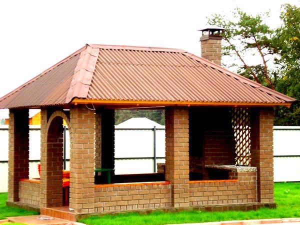 Кирпичное строение для проведения отдыха на свежем воздухе