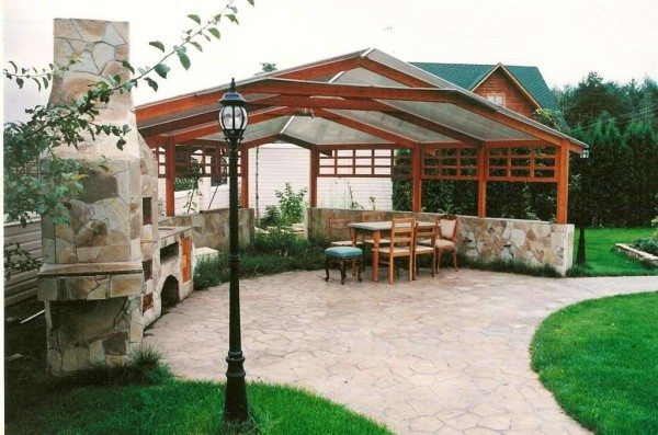 Конструкция в виде летней кухни с комплексом, в который входит мангал, барбекю, печь.
