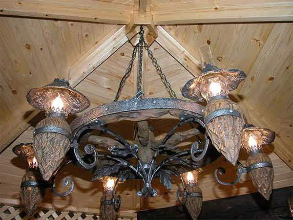 Кованая люстра, выполненная в старинном стиле