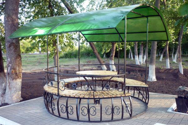 Красивая беседка из металлического профиля будет уместна не только в парковой зоне, но и на частном садовом участке, и вблизи дачного дома
