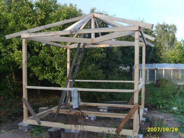 Крепим стропила четырехскатной крыши