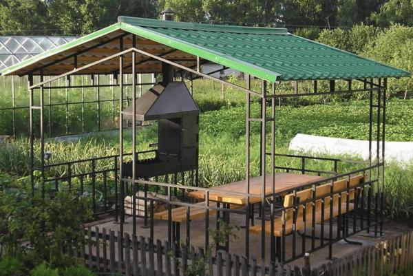 Крыша беседки из металлочерепицы с железным каркасом