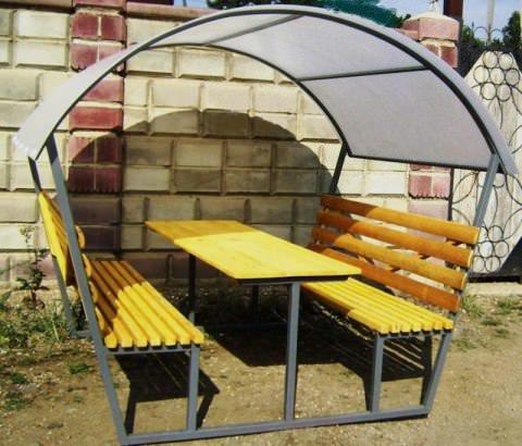 Крыша беседки выполнена из сотового поликарбоната.