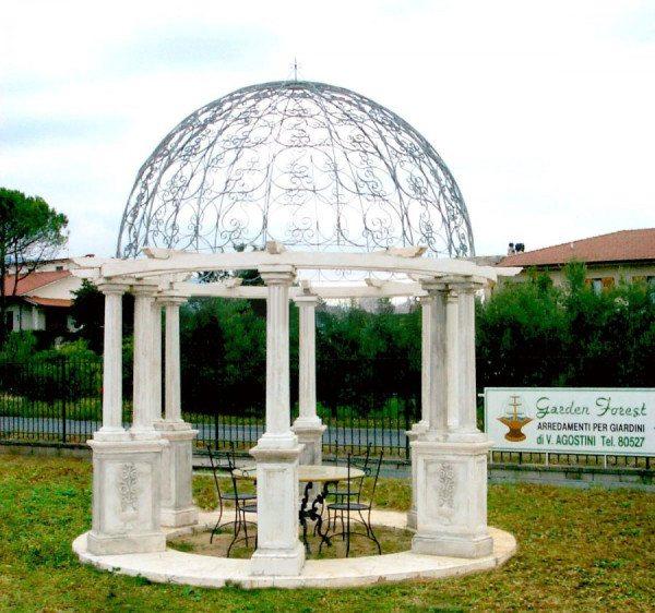 Купол поддерживается каменными колоннами.