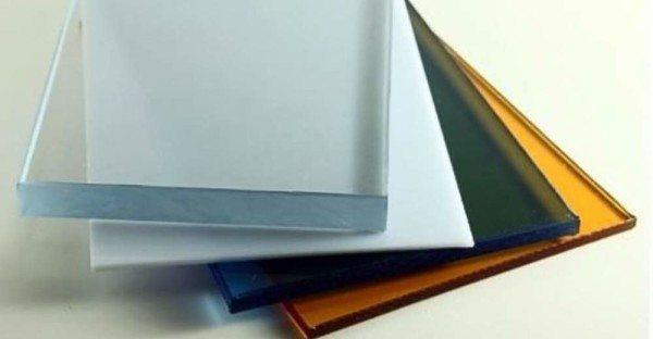 Монолитный поликарбонат очень напоминает стекло, но в отличие от него легко гнется и режется