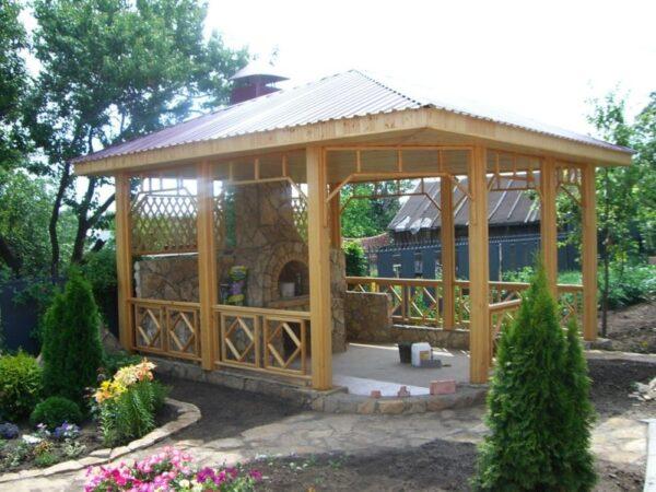 На фото - деревянная конструкция на ленточном фундаменте с печью