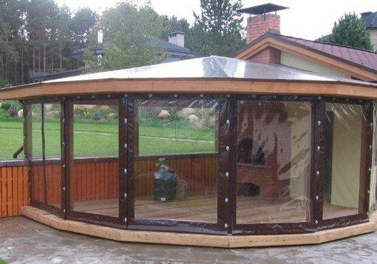 На фото - прозрачные шторы не мешают любоваться красотами природы, при этом хорошо защищают от осадков и порывов ветра