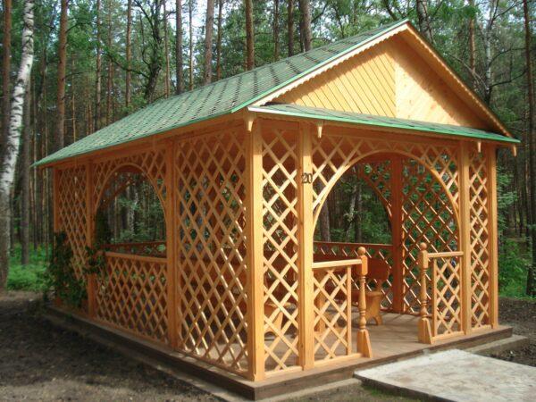 На фото – беседка задекорированная деревянными решетками