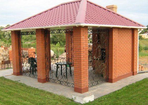 На фото – открытый кирпичный павильон для дачи