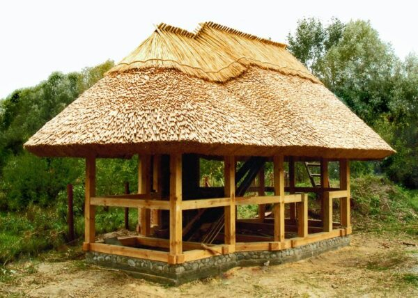 На фото беседка, укрытая камышом и сеном. В дождь такая крыша будет преть, а при эксплуатации мангала для барбекю возникает риск возгорания