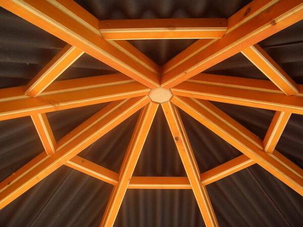 На фото демонстрируется конструкция крыши с восемью скатами.
