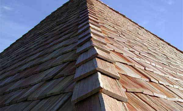 На фото: крыша из дранки – необычное, но трудоемкое решение