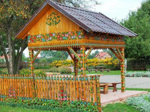 Нарисованные цветы в отличие от настоящих украшают беседку не только в летний сезон, а круглый год
