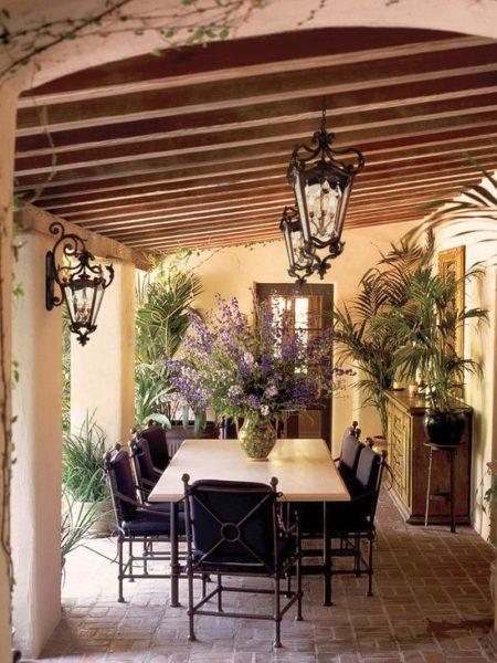 Настенные бра должны сочетаться с потолочными фонарями.