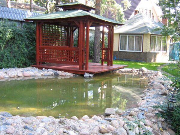 Небольшой искусственный пруд дополнит собой общую восточную стилистику