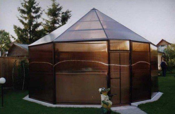 Некоторые используют материал не только для крыши, но и для стен