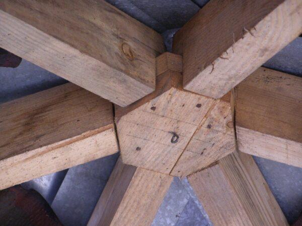 Один из вариантов соединение стропил в верхней части шестигранной беседки.