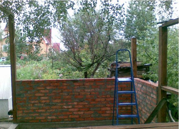 Один столбик для крыши устанавливается на кирпичную кладку