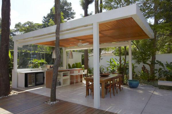 Односкатный садовый домик в стиле модерн не сразу ассоциируется с беседкой