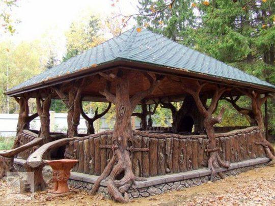 Оригинальность этого сооружения в том, что в качестве опор применены стволы настоящих деревьев