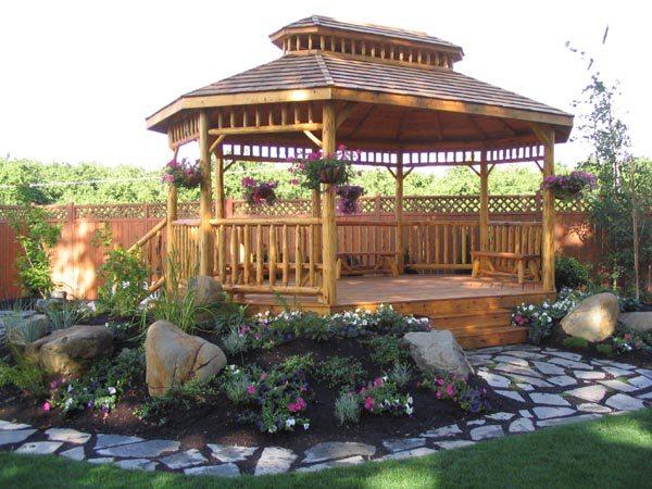 Открытый деревянный павильон