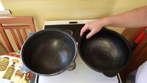 Отличить чугунную посуду от алюминиевых имитаций несложно, чугун ощутимо тяжелее
