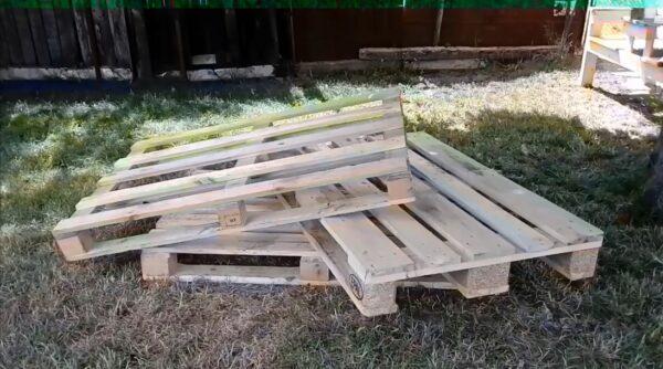 Паллеты собраны из деревянных брусков и досок и это определяет их эксплуатационные качества