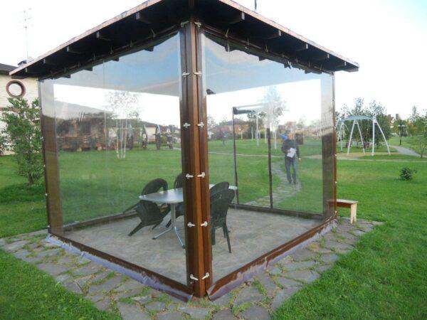 Панорамный обзор из беседки создает иллюзию полного отсутствия стен, что делает сооружение визуально невесомым воздушным
