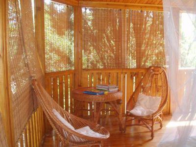 Плетеная мебель гармонично сочетается с сетчатой фактурой текстиля