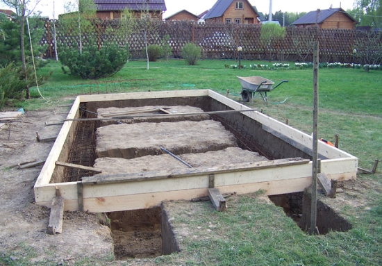 Под кирпичную или каменную беседку заливается ленточный или ленточно столбчатый фундамент.