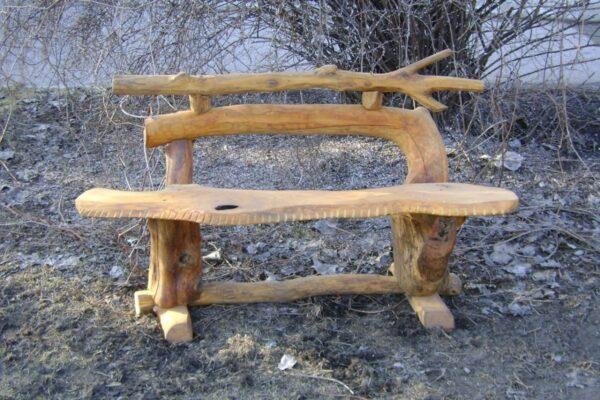 Подобные скамьи прекрасно вписываются в деревянные беседки, сделанные собственноручно