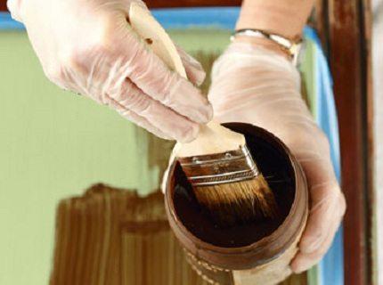 Покрытая лаком древесина может прослужить в разы дольше