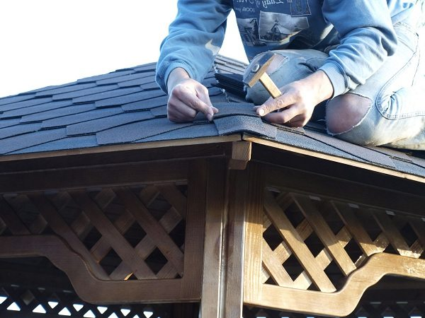 Покрытие крыши беседки битумной черепицей