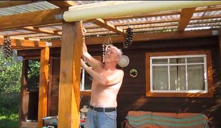 После того, как штора поднята, веревка закрепляется на специальном крюке.