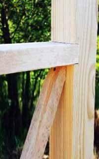Посмотрите на стык перил и опоры вниз – дополнительных работ с резкой не избежать. Вызывает вопросы качество древесины для опоры (фото «G»)