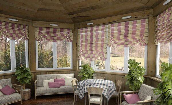 При помощи рисунка ткани штор можно визуально расширить пространство веранды