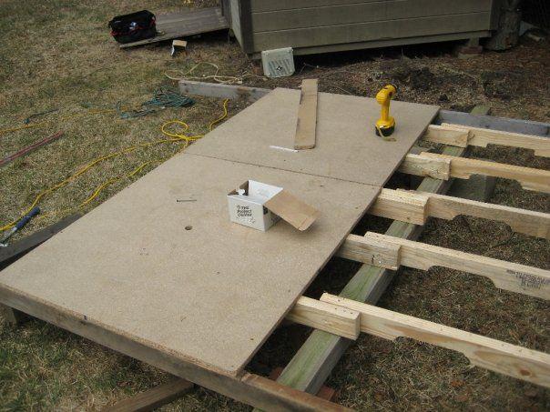 При желании можно сделать для шатра пол, набив листы OSB на скрепленные, как на фото, рейки.