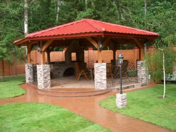Пример деревянной конструкции, обрамлённой камнем и кирпичом