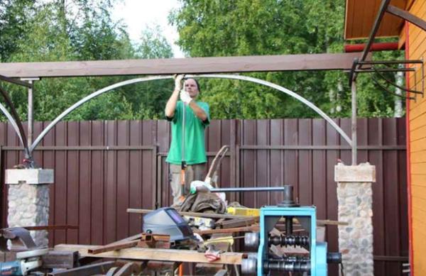 Привариваем декоративную арку из профильной трубы.