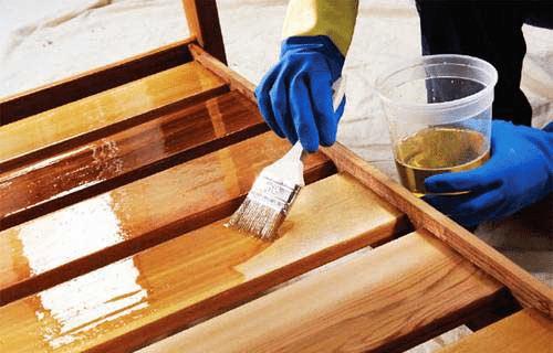 Процесс обработки деревянных частей беседки.