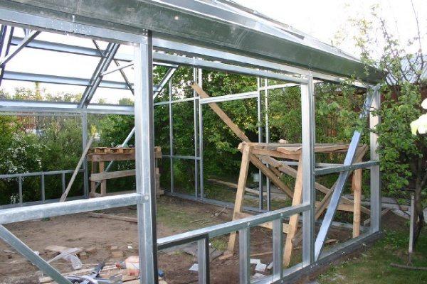 Работаем на строительных козлах, лестницу к каркасу приставлять нежелательно.