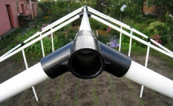 Разъемные фитинги очень удобны для сборки каркасов из ПВХ труб.