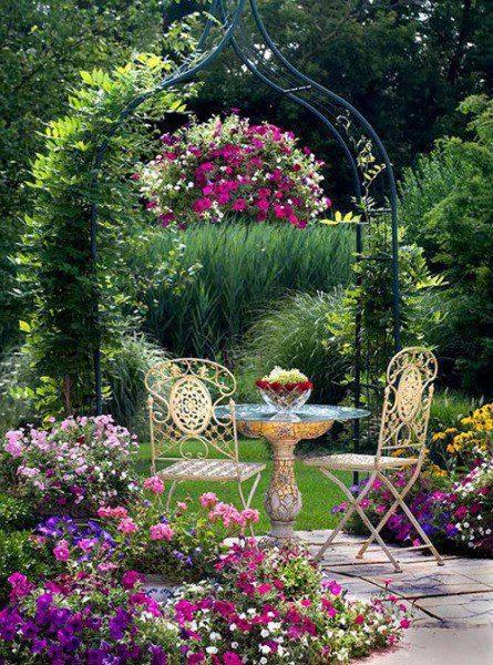 Резная садовая мебель подчеркивает изящество и легкость декора