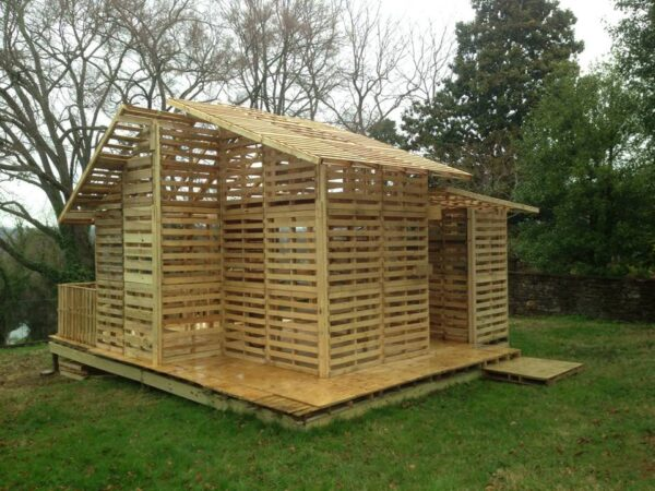 Садовый домик, полностью построенный из дешевой погрузочной тары