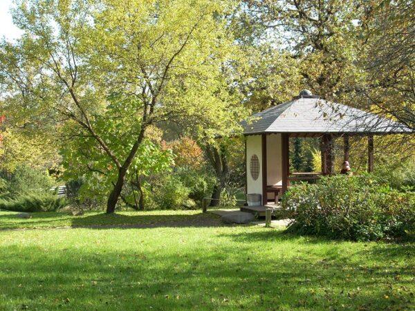 Садовый домик в японском стиле должен гармонично вписываться в окружающий интерьер