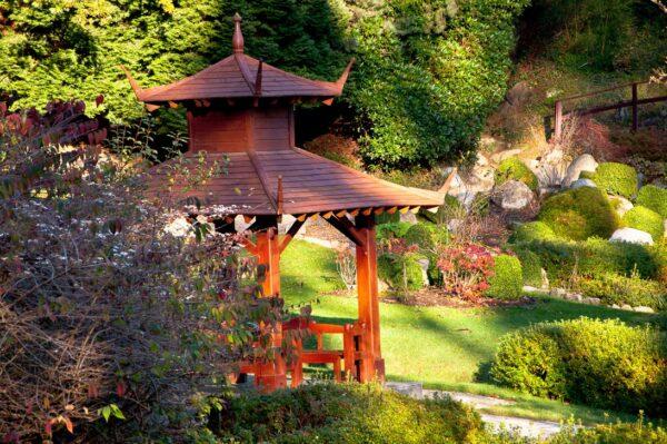 Садовый домик в японском стиле выгодно украсит сад и подчеркнёт индивидуальность хозяев